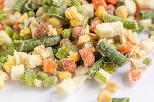 Légumes surgelés. mélange de légumes surgelés de carottes, maïs et petits pois, céleri et maïs.