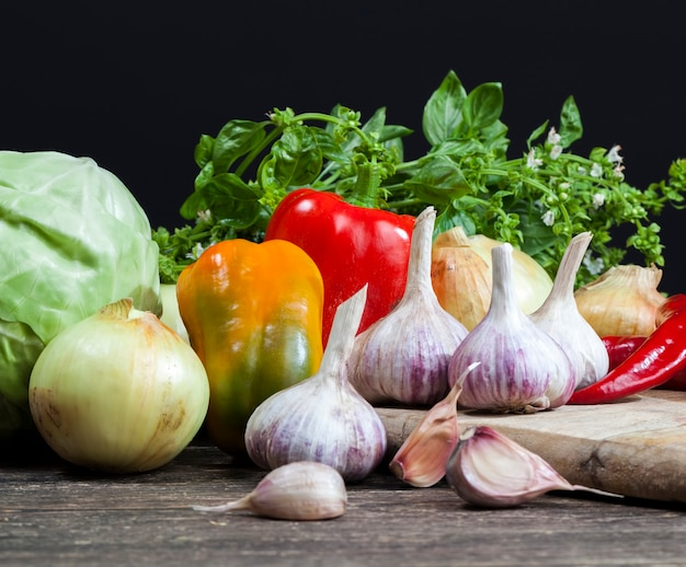 Légumes sur la table pendant la cuisson, ail, oignons poivrés