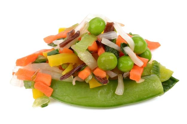 Légumes en tranches sur fond blanc