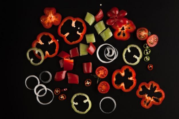 Légumes tranchés frais close up sur fond noir