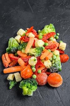 Légumes tranchés froids surgelés, brocoli, poivrons, tomates, carottes, pois et maïs.