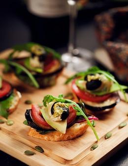 Légumes variés sur pain