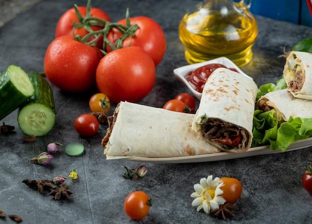 Légumes Variés Avec Shaurma Dans Lavash Photo gratuit