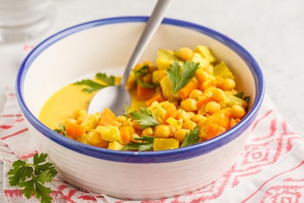 Légumes végétaliens de pois chiches au lait de coco et à la coriandre.