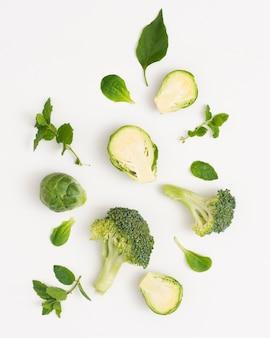 Légumes verts biologiques sur fond blanc