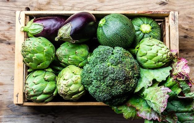 Légumes verts biologiques frais dans une boîte en bois
