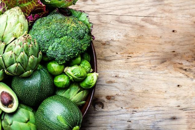Légumes verts biologiques frais dans un pot en argile.
