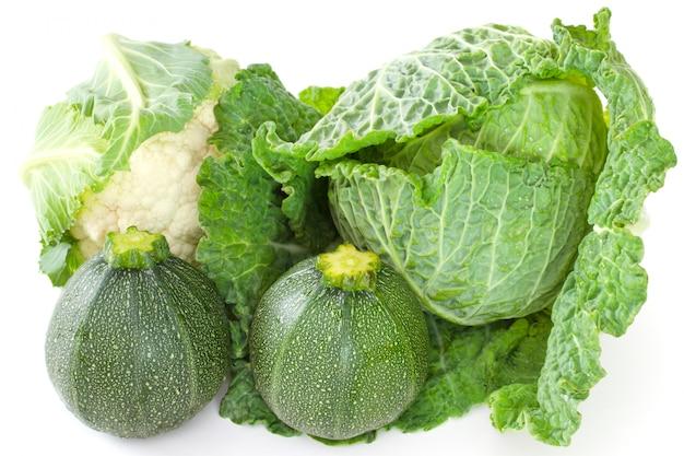 Légumes verts sur blanc