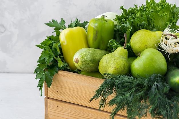 Légumes verts dans une boîte en bois. nourriture hypoallergénique. mise au point sélective