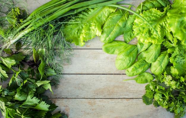 Légumes verts sur un fond en bois.