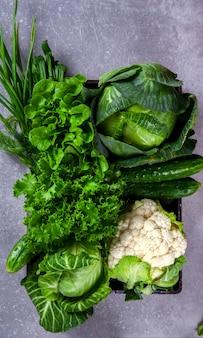 Légumes verts sur fond gris