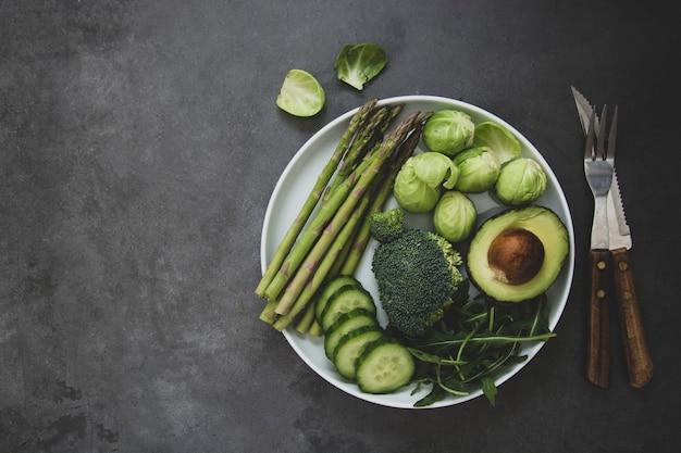 Légumes verts frais. détox, perdre du poids, concept de régime. des aliments sains et propres.
