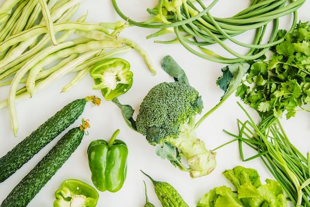 Légumes verts frais de ferme isolés sur fond blanc