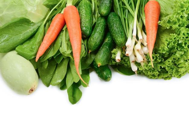 Légumes verts frais et herbes isolés sur fond blanc. espace pour le texte ou la conception.