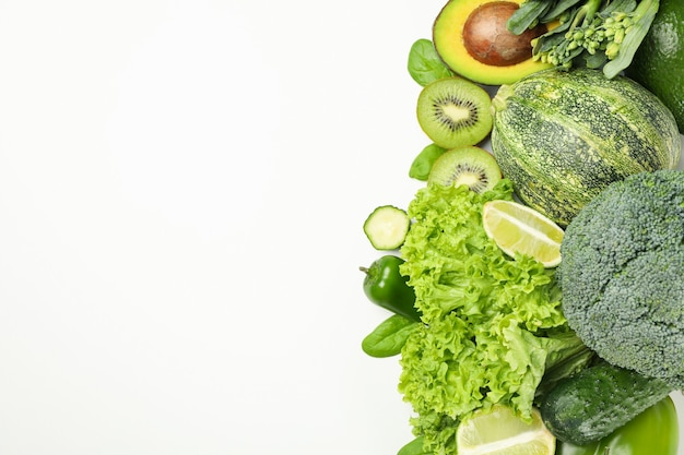 Légumes verts frais isolés sur blanc
