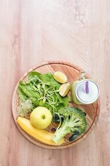 Légumes verts frais et smoothie vert en pot