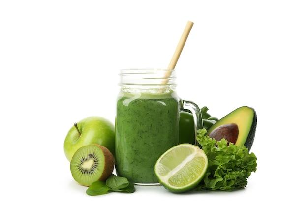 Légumes verts, fruits et pot de smoothie isolé sur blanc