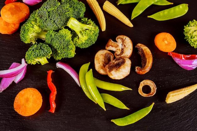 Légumes verts sur la table en pierre noire