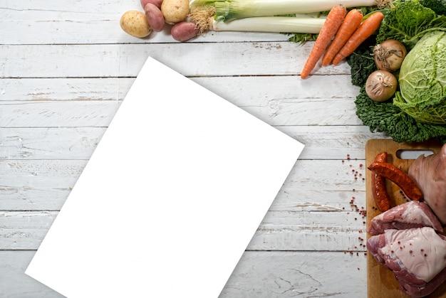Légumes et viandes pour la préparation d'un potée au chou