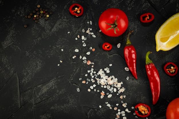 Légumes sur une vue de dessus de table noire
