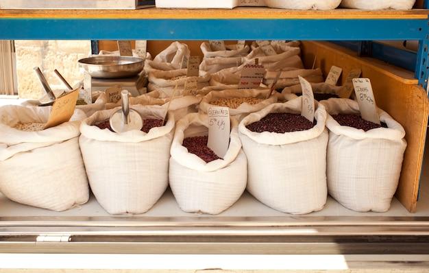 Légumineuses à l'intérieur des sacs