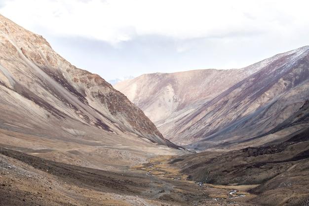 Leh ladakh, chaîne de montagnes de l'himalaya et neige et nuageux dans la région du ladakh, état du jammu-et-cachemire, partie nord de l'inde