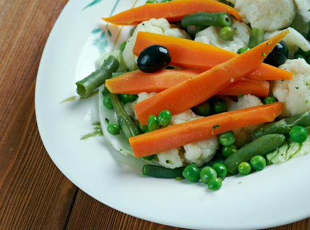 Leipziger allerlei - plat de légumes régional allemand composé de pois, carottes, asperges, morilles