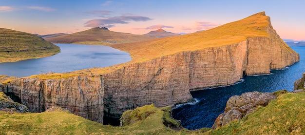 Leitisvatn lake et rock au coucher du soleil dans l'île de vagar, îles féroé