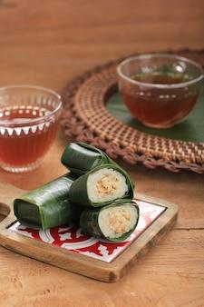 Lemper est un plat traditionnel indonésien à base de riz gluant ou gluant, cuit à la vapeur avec du lait de coco, avec du fil de poulet à l'intérieur et enveloppé d'une feuille de bananier en forme de cylindre