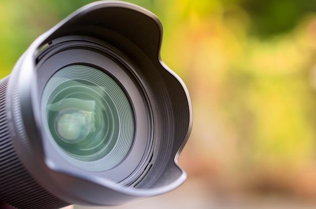 Lentille de caméra avec reflet dans le magnifique fond de nature colorée