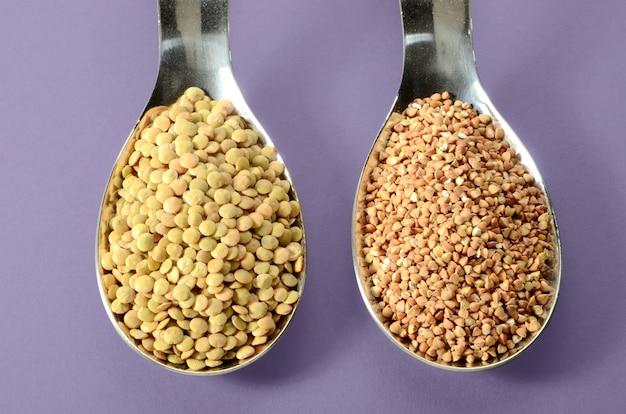 Lentilles buckwheat dans une cuillere