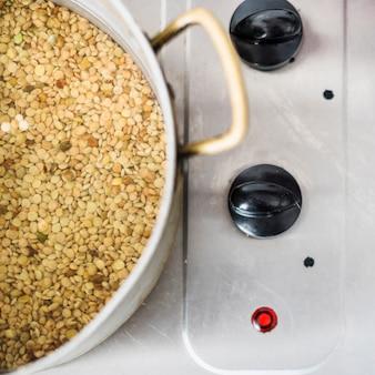 Lentilles de cuisson dans une casserole sur une cuisinière électrique