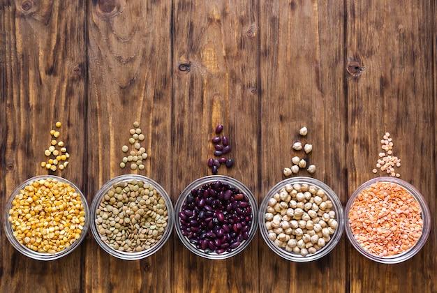 Lentilles, pois, haricots, pois chiches sur une table en bois.