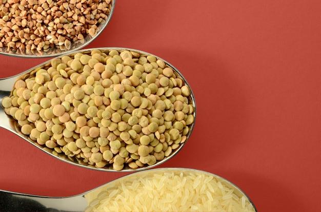 Lentilles riz blein de cuisson dans une cuillère