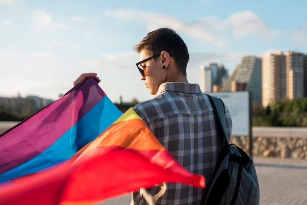 Lesbienne avec drapeau arc-en-ciel