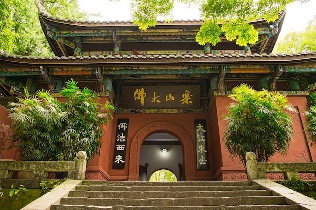 Leshan giant buddha est une statue de pierre haute de 71 mètres.