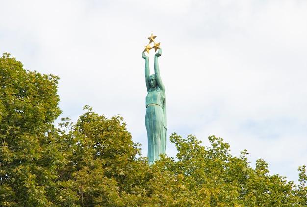 Lettonie riga monument de la liberté dans le centre-ville sur fond d'arbre vert