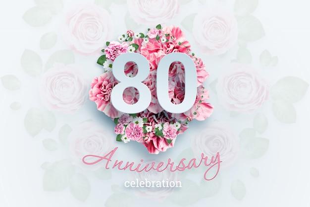 Lettrage de 80 chiffres et texte de célébration d'anniversaire sur des fleurs roses.