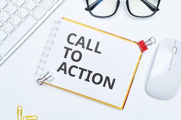 Lettrage d'appel à l'action sur le bloc-notes