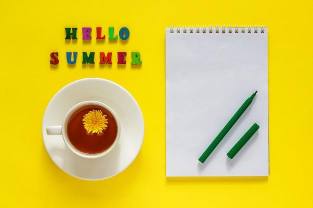 Lettrage bonjour l'été, ñ de thé avec pissenlit, liste de choses à faire, stylo. concept