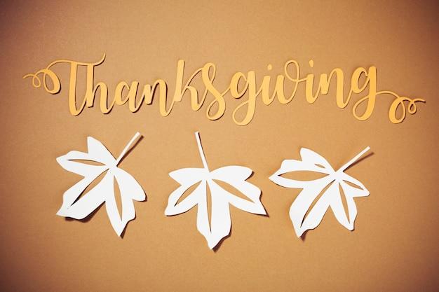 Lettrage de thanksgiving avec des brochures blanches