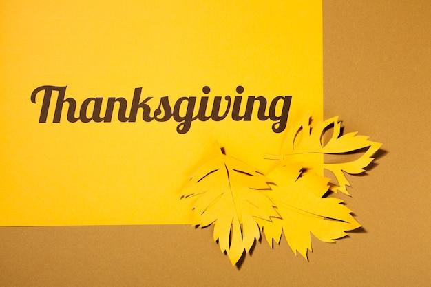 Lettrage de thanksgiving avec des dépliants sur la table