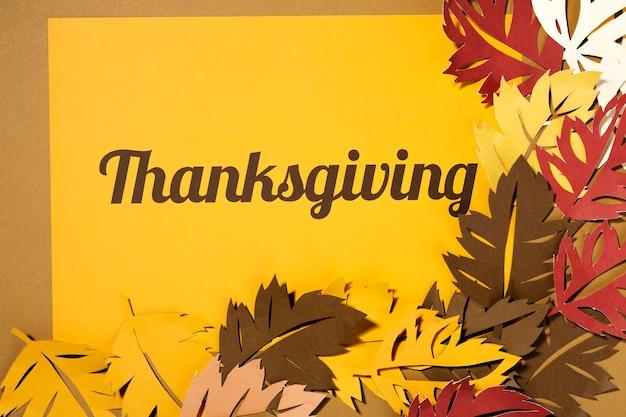 Lettrage de thanksgiving avec de grandes brochures sur papier jaune