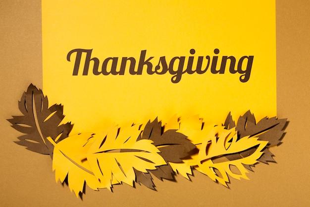 Lettrage de thanksgiving avec de grands tracts sur table