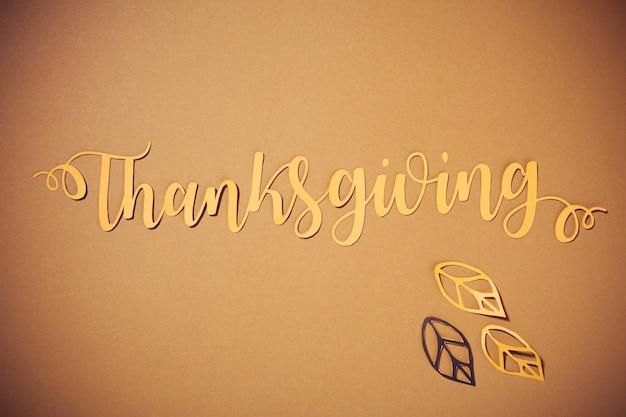 Lettrage de thanksgiving en papier avec des dépliants