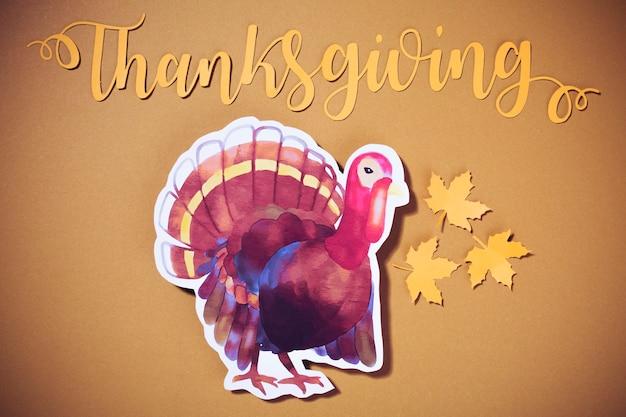 Lettrage de thanksgiving en papier avec de la dinde