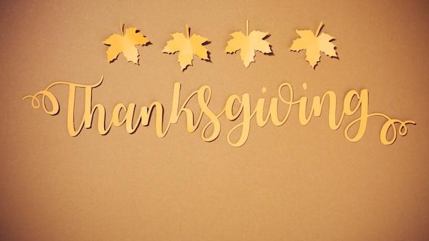 Lettrage de thanksgiving en papier avec de petites brochures