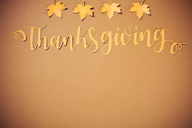 Lettrage de thanksgiving en papier avec petites folioles jaunes