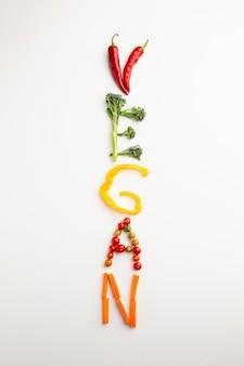 Lettrage végétalien vue de dessus faite de légumes
