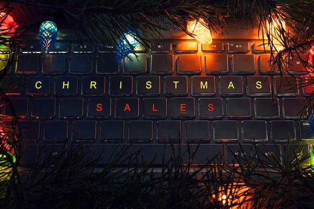 Lettrage de vente de noël sur clavier d'ordinateur portable. clavier d'ordinateur avec touches de noël - concept de vacances